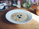 Porridge with blueberries, flaked almonds and honey